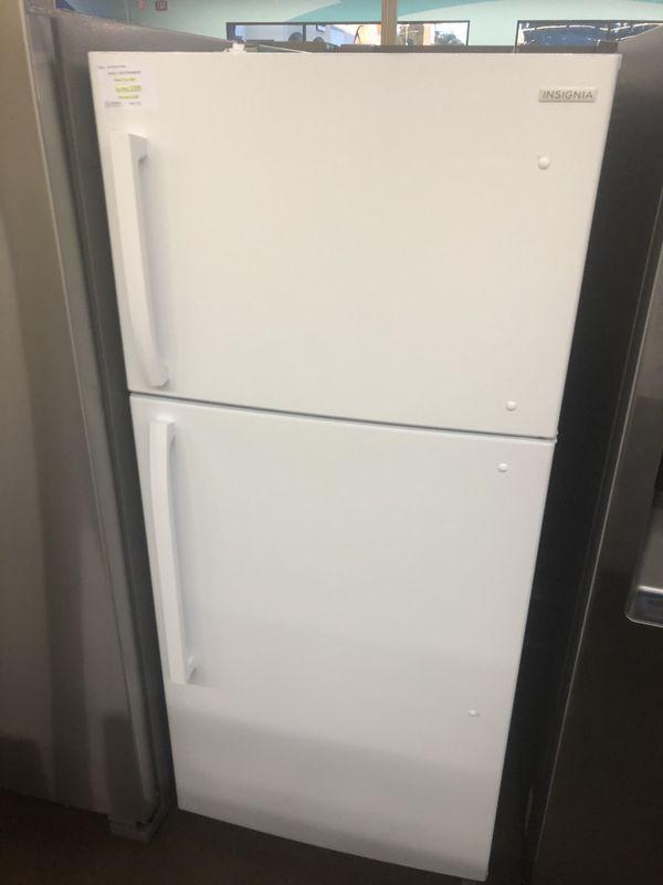 Top freezer refrigerator Insignia 18 cubic feet