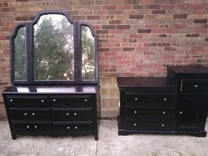 Dressers and mirror for Sale in Detroit, MI