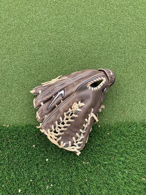Nike left handed thrower outfield baseball glove for Sale in Arlington, TX