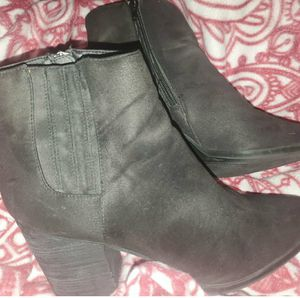 Worn once black ankle length boots size 8.5 for Sale in El Dorado, AR