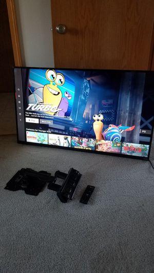 "50"" vizio smart TV with swivel wall mount and remote for Sale in Arlington, WA"