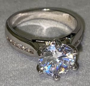 ONLY SIZES 7 AVAILABLE. Ring Lab Simulated 2.0 Carat. New. Size: 7 available. STERLING SILVER. NO TRADES CASH ONLY. DELIVERY: $10-20 EXTRA. LUXURIOUS for Sale in Cleveland, OH