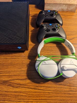 Xbox One w/ 2 controllers and Turtle Beach Recon Gaming Headset for Sale in Huntington Beach, CA