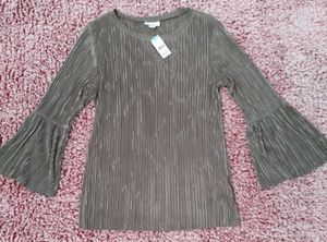 NWT Jaclyn Smith Top Size Large, Crinkle Design, Olive Green, Flared Wrists for Sale in Victoria, TX