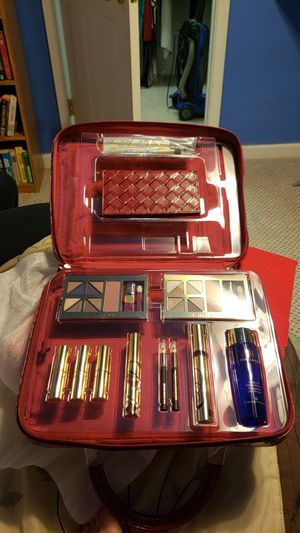 Estee Lauder makeup kit & bag for Sale in Atlanta, GA