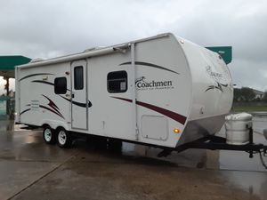 Handyman special looking to sell tonight 2009 Coachmen travel trailer28 ft title in hand for Sale in Houston, TX