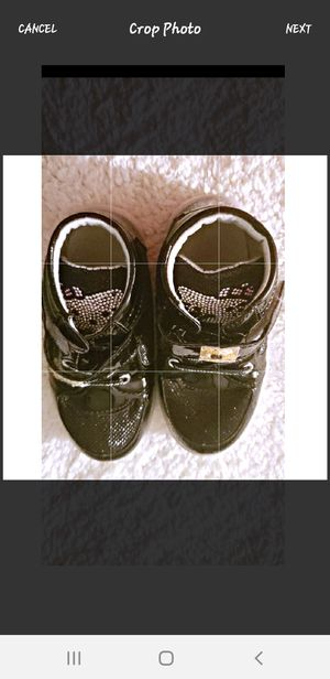 FAIRLY NEW KIDS/GIRLS HELLO KITTY LIGHT UP SHOES BLACK SIZE 10 for Sale in Nashville, TN