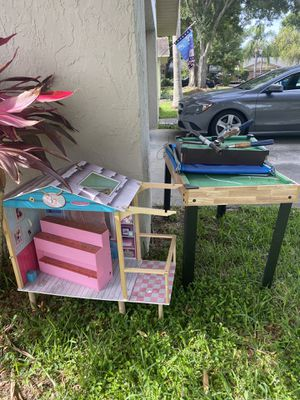 Free curbside car seat and toys for Sale in Palm Harbor, FL