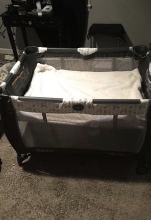 Travel play pin bassinet with changing table for Sale in Columbus, OH