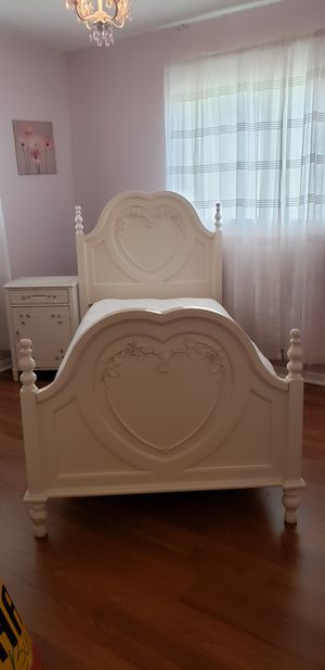 SOLID WOOD Twin Bed and wood nightstand for Sale in Pembroke Pines, FL