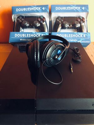 SONY PLAYSTATION 4 500GB W/ 2 BRAND NEW DOUBLE SHOCK 4 CONTROLLERS AND GAMING HEADPHONES for Sale in Bronx, NY
