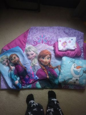Frozen. Anna Elsa olaf crib and toddler bedding for Sale in Cleveland, OH