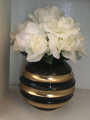 Round vase with faux flower arrangement for Sale in Cuyahoga Falls, OH