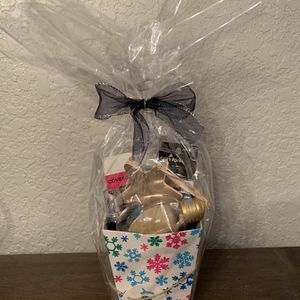 New: Cover girl Gift Basket (over $30 In Cosmetics) for Sale in San Antonio, TX