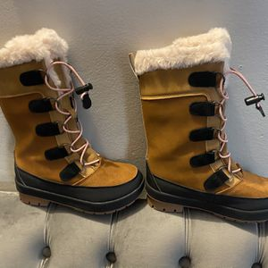 GIRLS SNOW ⛄️ BOOTS YOUTH SIZE 1 $45 for Sale in Los Angeles, CA