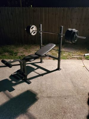 Golds gym adjustable weight bench (includes bar and 150lbs of weights) for Sale in St. Petersburg, FL