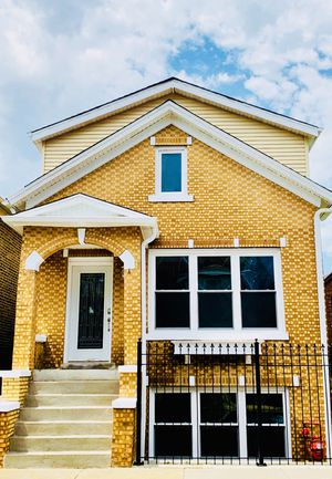 House for sale at Bridgeport, Chicago Illinois! Just a 5 min from the city for Sale in Chicago, IL