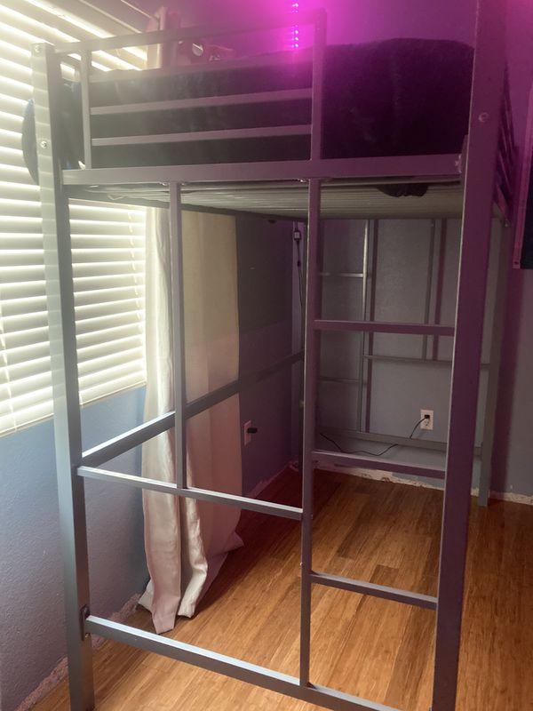 1 twin loft bed / 1 cama alta