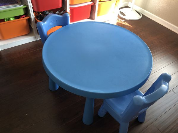 Kids table with two chairs