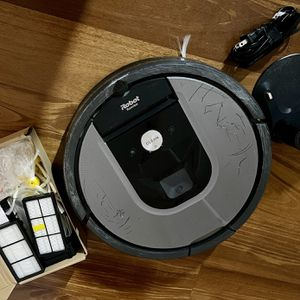 IROBOT ROOMBA 960 WITH EXTRA FILTERS AND BRUSHES for Sale in Los Angeles, CA