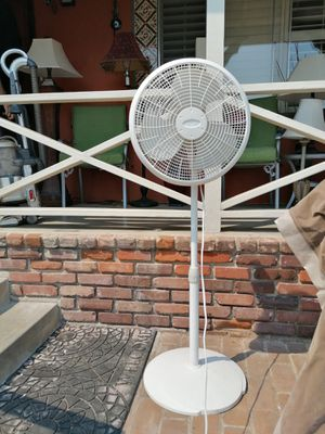 Like new Pedestal Fan 3 speed Oscillating for Sale in Spring Valley, CA