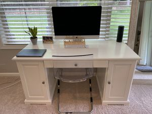 Gorgeous Bright white desk with chair for Sale in Ashburn, VA