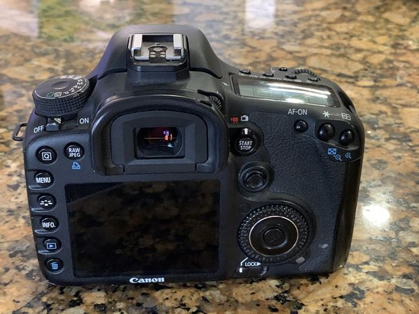 Canon EOS 7D (COMES WITH THREE LENSES + BATTERIES/CHARGER)