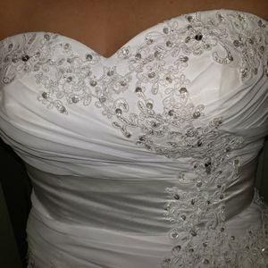 Wedding Dress Size 12-14. Never Worn. for Sale in Surprise, AZ