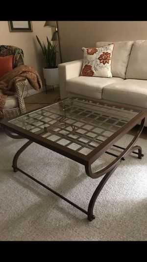 Nice coffee table 36x36 for Sale in Lakewood, CA