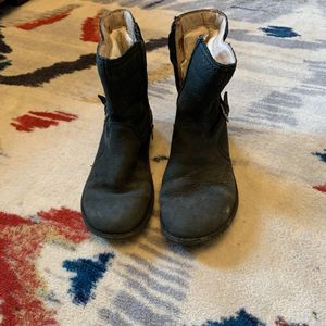 Uggs boots size 7 suede lined for Sale in Belmont, MA