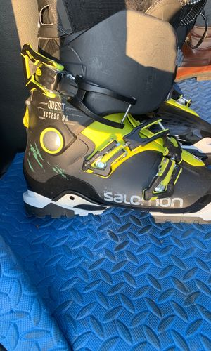 Very Lightly used (5-6 ski sessions) Salomon Ski Boots for Sale in Bethel, CT