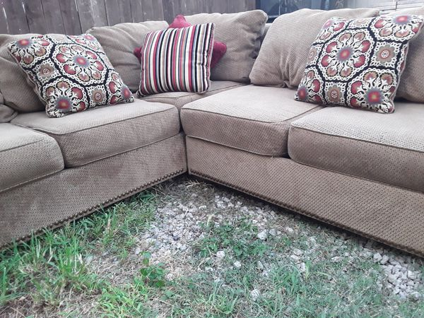 Nice Ashley Furniture high-end sectional sofa good condition asking $ 470 year best offer