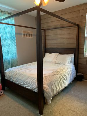 Queen bed and Dresser for Sale in Menifee, CA