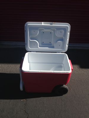 Cooler with wheels for Sale in Las Vegas, NV