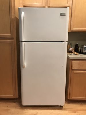 Frigidaire Top Freezer Refrigerator in White for Sale in Olympia, WA