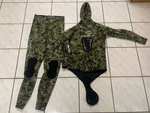 Camo 3mm open cell wetsuit for Sale in Miami, FL