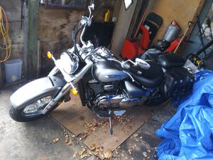 2000 suzuki valousa intruder comes with extra factory mufflers and motorcycle jack for Sale in Lancaster, PA