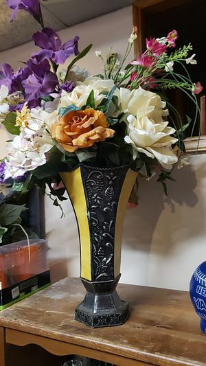 Decorative vase with flowers for Sale in Auburn, WA