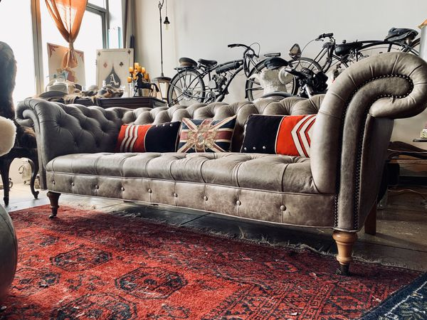 Leather tufted Sofa Beautiful Elephant gray Chesterfield couch !❤️👍🏿