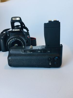 Canon Battery Grip BG-E8 w/ two extra batteries for Sale in Honolulu, HI