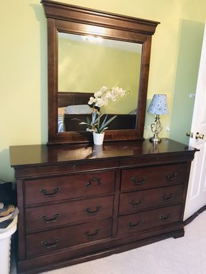 Dresser with mirror in great condition for Sale in Manassas, VA