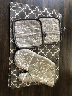 Matching Placemats and Oven Mits for Sale in Atlanta, GA