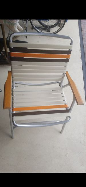 (1) VINTAGE ALUMINUM/WOOD FOLDING SINGLE STRAP CHAIR! EXCELLENT CONDITION! for Sale in Delray Beach, FL