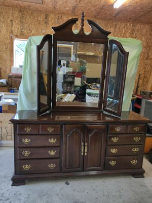 Dresser with Mirror for Sale in Arlington, WA