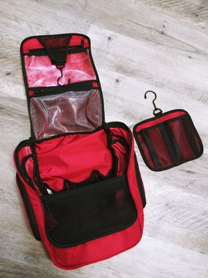 L.L. Bean Travel Toiletry Bag, Red, Lots of pockets! for Sale in Victoria, TX