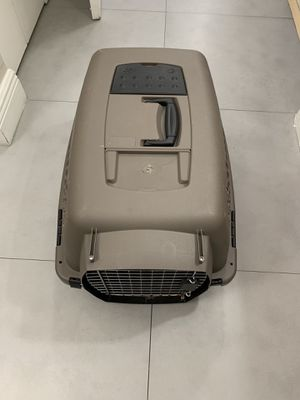 Good condition dog or cat travel crate medium size for Sale in Miami, FL