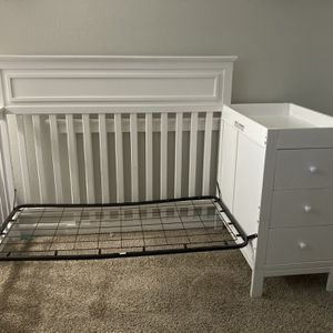 White Crib With Changing Table for Sale in Downey, CA