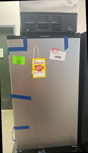 Frigidaire FFPE3322UM mini fridge 🤯🤯🤯 TW6AF for Sale in Moreno Valley, CA