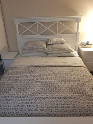 White Wood Bed Frame (Queen) for Sale in Queens, NY