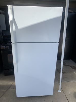 GE white apartment size refrigerator for Sale in Moreno Valley, CA